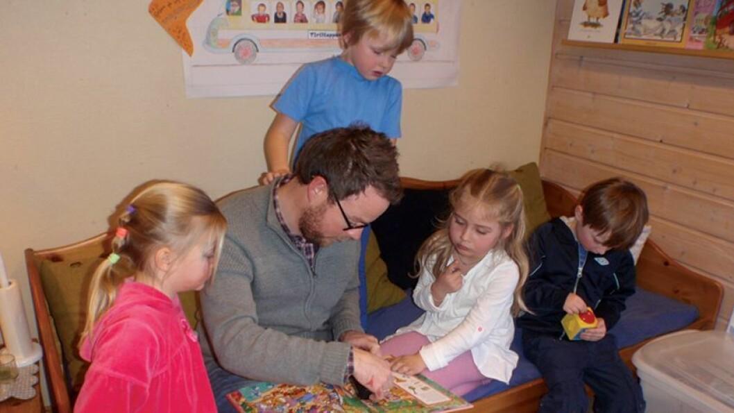 Lærling: Stortingspolitiker Torbjørn Røe Isaksen (H) fikk mange nye erfaringer om barnehagesektoren da han var på jobbutveksling i Tiriltoppen barnehage. Det burde alle politikere gjøre for å bli bedre kjent med sektoren.