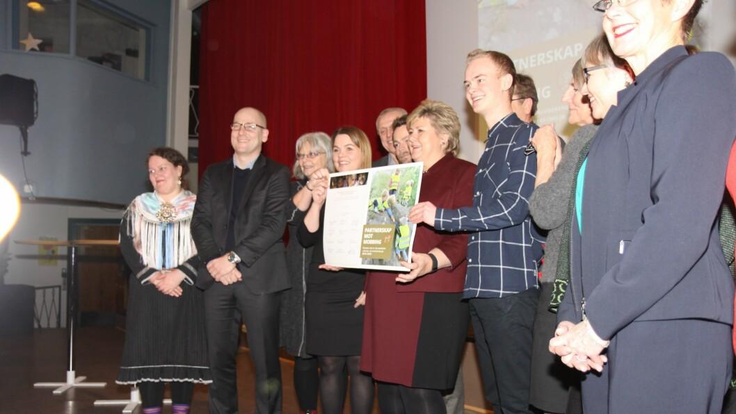 Fredag inngikk regjeringen, med statsminister Erna Solberg i spissen, og 12 sentrale organisasjoner i barnehage og skole et nytt partnerskap mot mobbing.