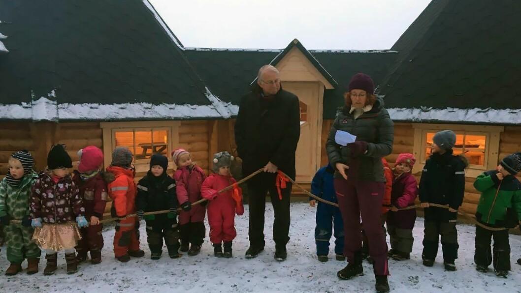 Ordfører Nils A. Røhne (Ap) var i november på besøk hos Ragnhild Antonie Finden for å åpne den nye grillhytta i Kausvol gardsbarnehage.