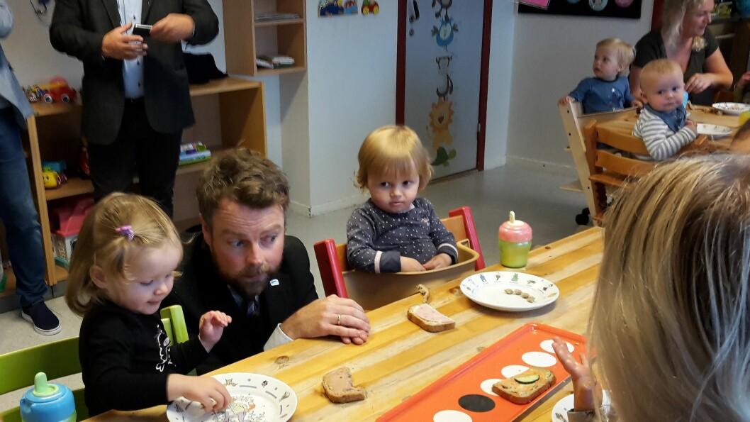 Kunnskapsminister Torbjørn Røe Isaksen (H) møtte barn og ansatte i Fagerlia barnehage i Ålesund i forbindelse med at han lanserte den reviderte strategien for kompetanse i barnehagen.