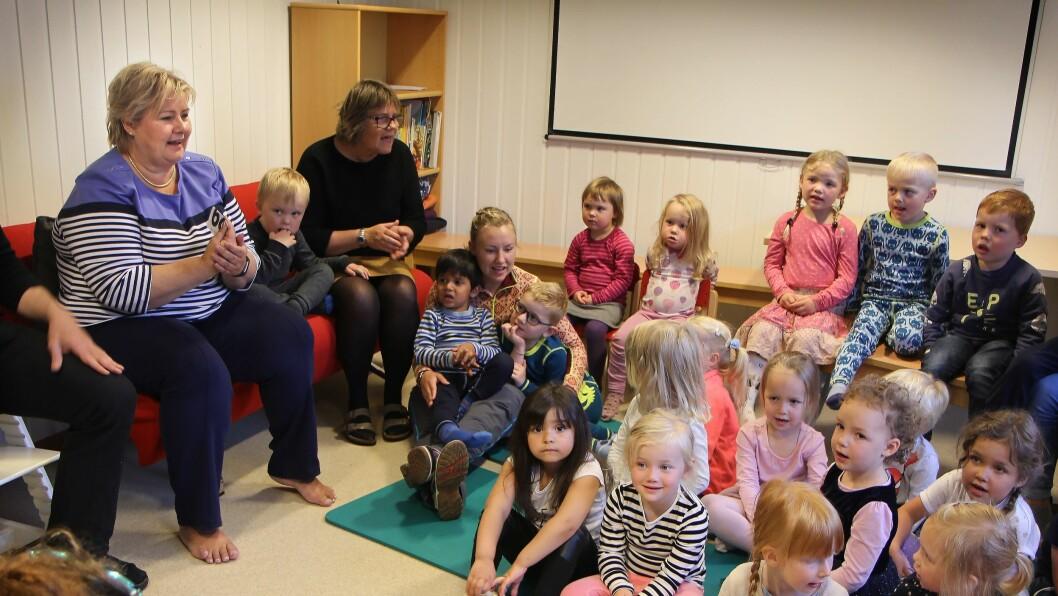 Statsminister Erna Solberg (H) koste seg i sangstunden i Vågønes barnehage onsdag formiddag.