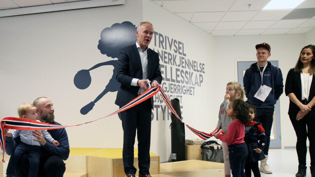 Kunnskapsminister Jan Tore Sanner (H) fikk æren av å åpne Valle Hovin Idrettsbarnehage.