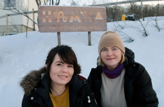 Designer Alice Kvalvik fra Flip Creative Studio og styrer Vibeke Brattli i Hamna friluftsbarnehage.