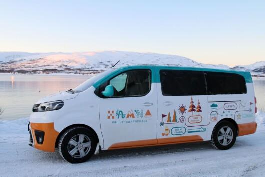 Bussen til Hamna friluftsbarnehage har fått heldekkende folie, og synes godt i bybildet.