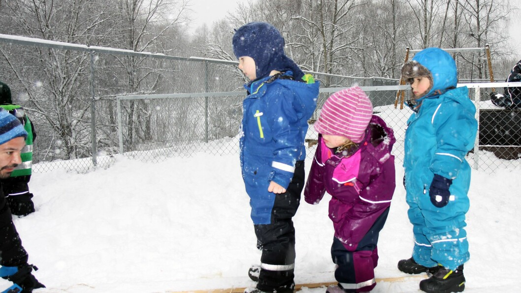 Barna fikk prøve seg på å gå tre stykker på ett par ski, slik den sagnomsuste Arnljot Gelline gjorde da han reddet to menn ved å ta dem opp på sine egne ski.