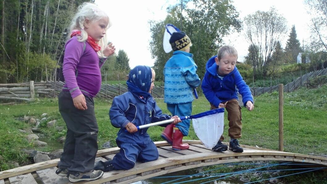 Barna i Flekkenga gårds- og naturbarnehage møter ferdig påkledd hver morgen. De spiser frokost i telt, gammer eller hytter, og bruker dagene utendørs.