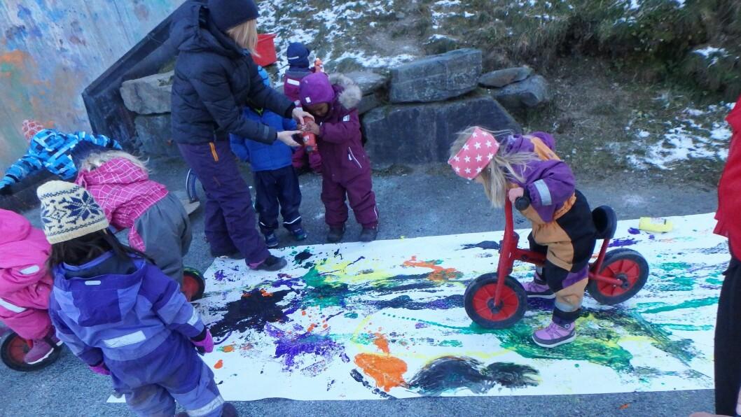 Male kan man gjøre på mange ulike måter. Her maler barna med sykler, inspirert av den norske samtidskunstneren Ida Ekblad.