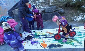 I denne barnehagen får barna male med sykler og stoler