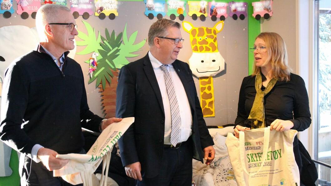 Tirsdag signerte administrerende direktør Arild M. Olsen i PBL og generalsekretær Maren Esmark i Naturvernforbundet avtalen om prosjektet «Plast- og giftfrie barnehager». Her står de sammen med statssekretær Atle Hamar i Klima- og miljødepartementet (i midten).