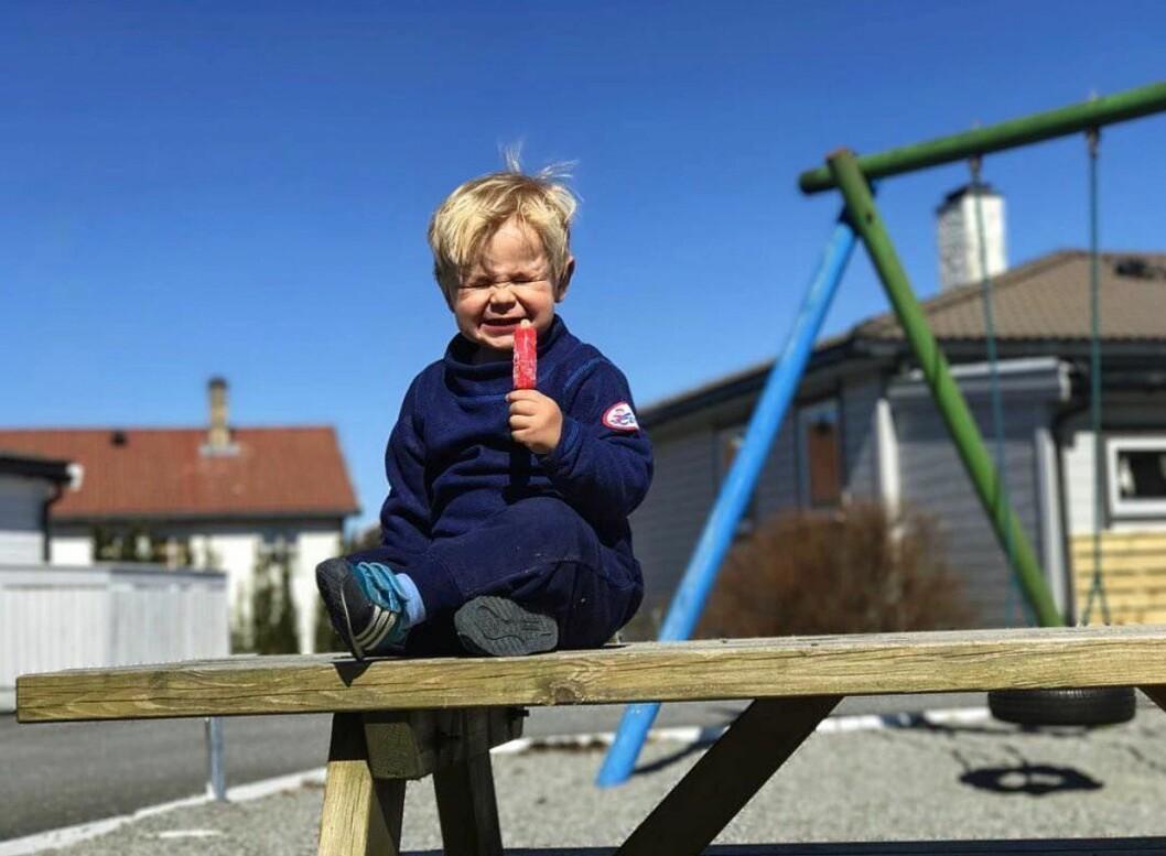 Treåringen Joakim er veldig sosial og liker å være sammen med folk, forteller pappa.