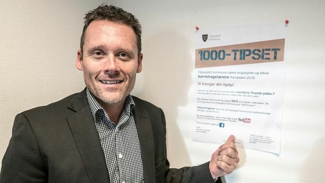 Kommunalsjef Sten Tore Svennes i Oppegård kommune deler ut gavekort på 1000 kroner til dem som bidrar til å skaffe kommunen flere barnehagelærere – når tipset fører til fast ansettelse.