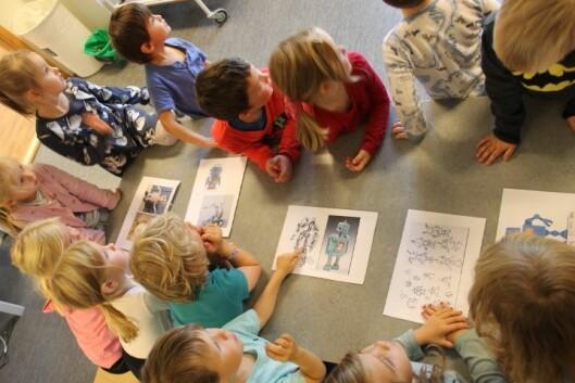 Før de satte i gang med å lage roboten så barn og voksne på ulike roboter og snakket om hvilke funksjoner de kunne ha.