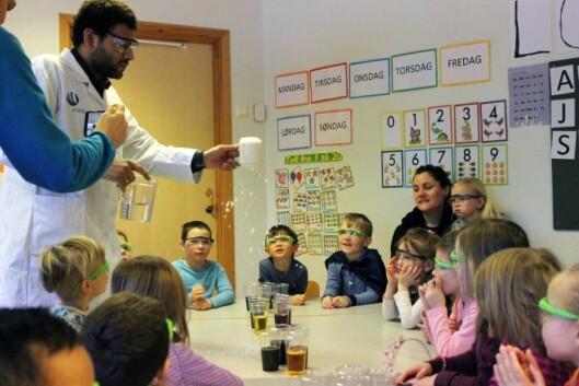 Barna fikk prøve seg på å lage falsk snø, sammen med Christopher Leiknes fra Forskerfabrikken.