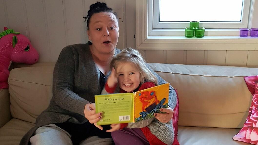 Rachel Haarberg sier at det blir mye eventyr når hun endelig starter sin egen barnehage. Her er det barnebarnet Isabella (4) hun leser for. Foto: Privat