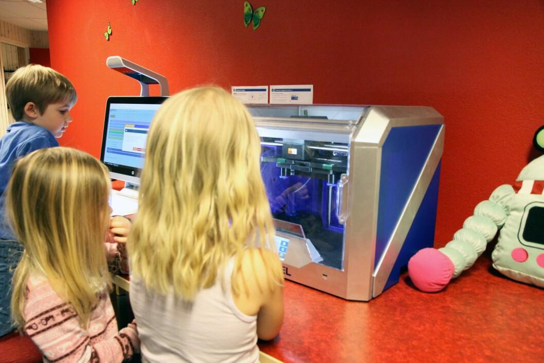 Det har aldri vært meningen at barna skulle bli passivisert av de digitale verktøyene. Her er 3D-printeren i ferd med å utføre magi - igjen.