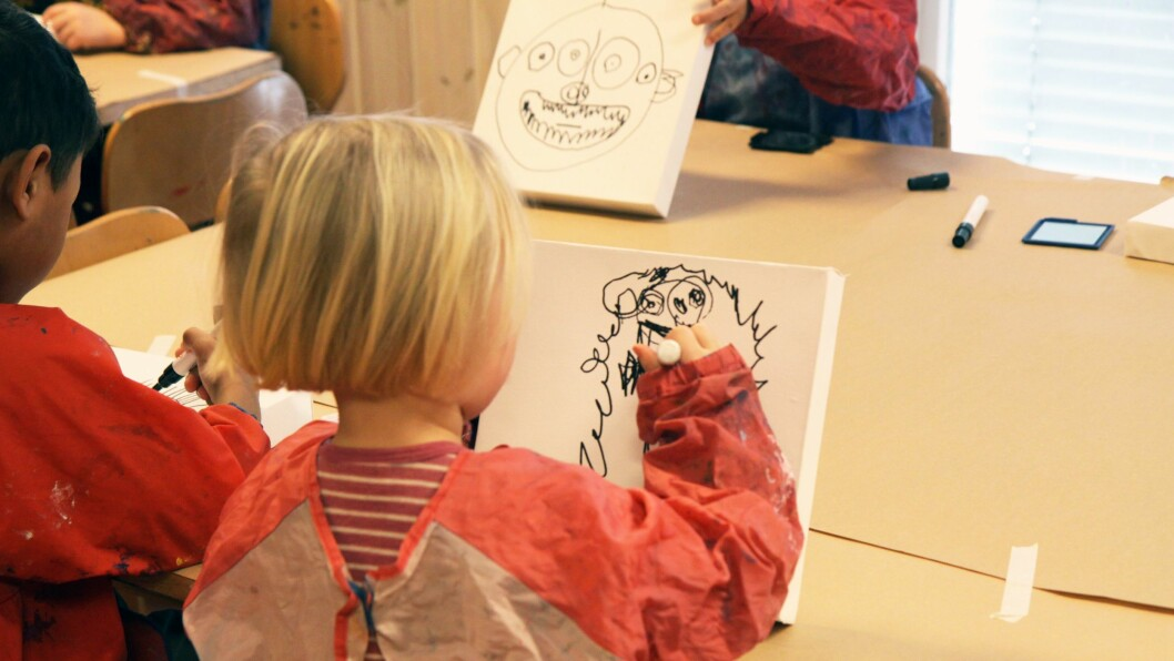 Barna i Kulturparken FUS barnehage er vant til å få prøve ut forskjellige estetiske arbeidsmåter. Her tegner de selvportretter med tusj, som de skal få male over etterpå.