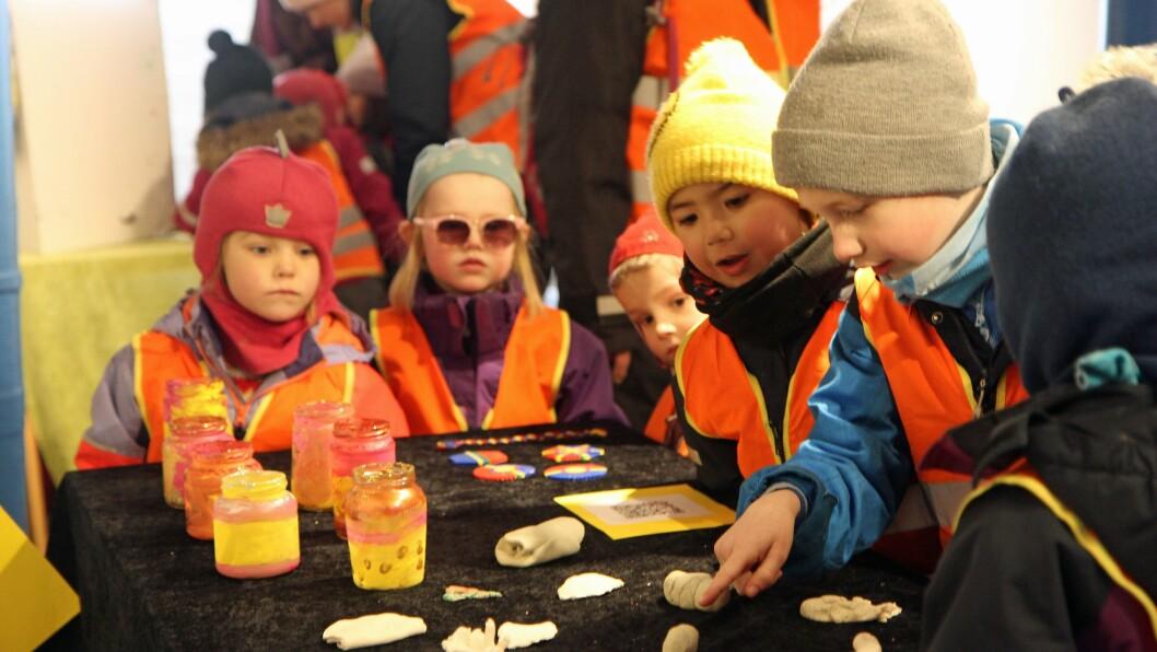 Barn fra til sammen sju barnehager i Bodø bidro til kunstutstilling under Barnehagedagen 2018.