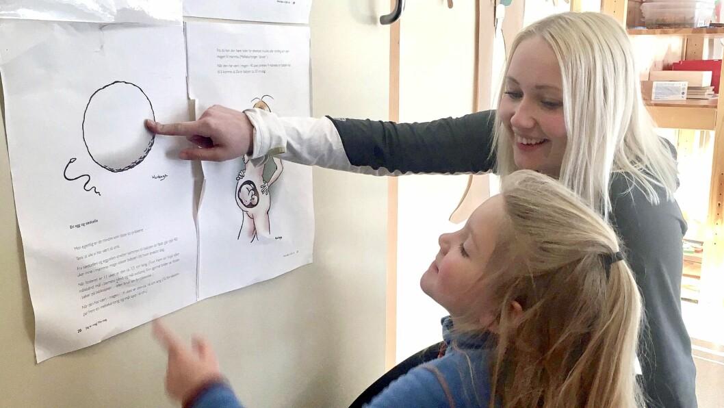 Mia Moen Røli er nyutdannet fra barnehagelærerutdanningen ved Nord universitet, og fikk nylig pris for beste bacheloroppgave. I krinkelkroken barnehage, der hun er pedagogisk leder, jobber de med et prosjekt der barna skal bli kjent både med kroppen sin og sine egne grenser.