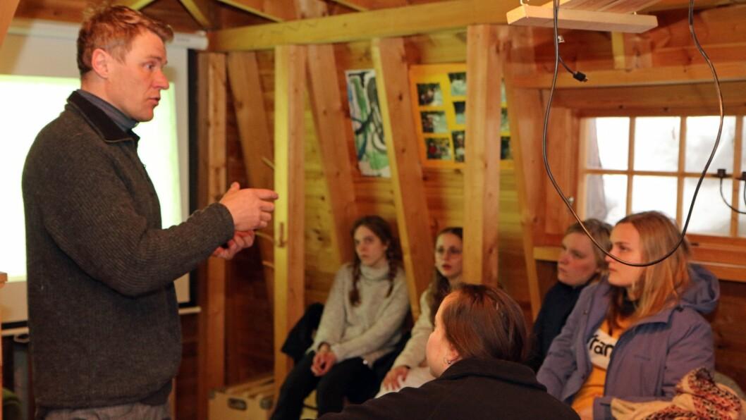 Jørgen Kjørven foreleser for belgiske studenter som er på besøk i Småtjern barnehage.