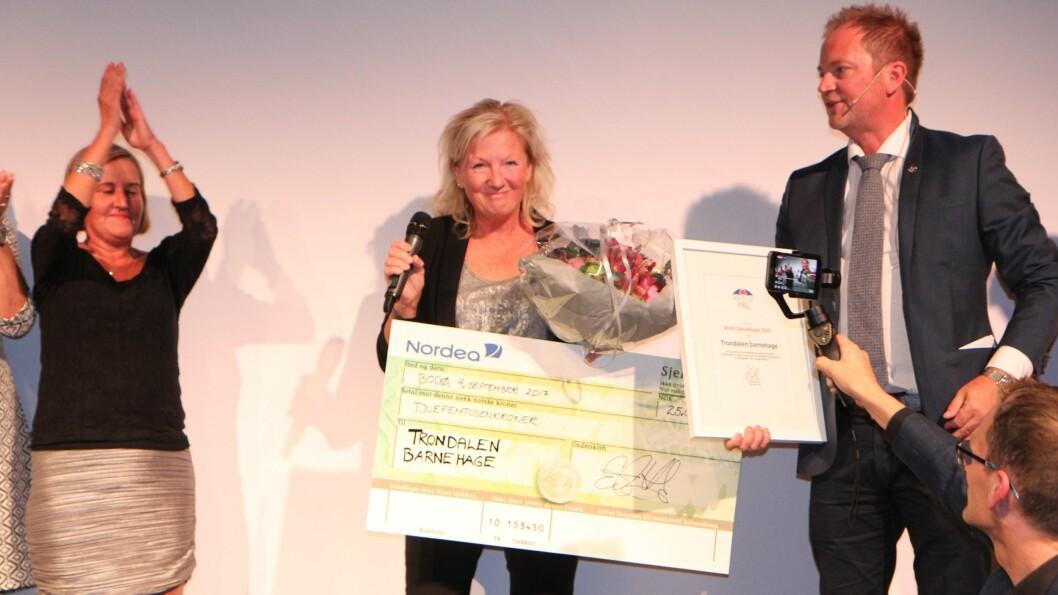 Kristin M. Epland mottok i fjor prisen Årets barnehage av PBLs styreleder Eirik Husby. Nå starter årets utgave av kåringen.