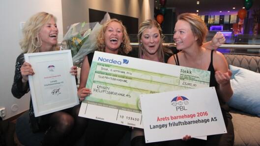 En glad gjeng fra Langøy friluftsbarnehage fikk prisen i 2016: F.v eier Lise Lauvik og pedagogiske ledere Susanne Hetlevik, Kine Henriksen og Madeline Børnes.