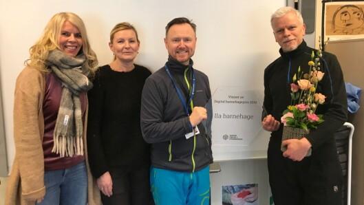 Prisen ble delt ut under Digital Arena Barnehage-konferansen i Trondheim 7. mars. Her holder Ståle Skagen (venstre) og Geir Valøen plaketten som viser at barnehagen vant den digitale barnehageprinsen 2018.