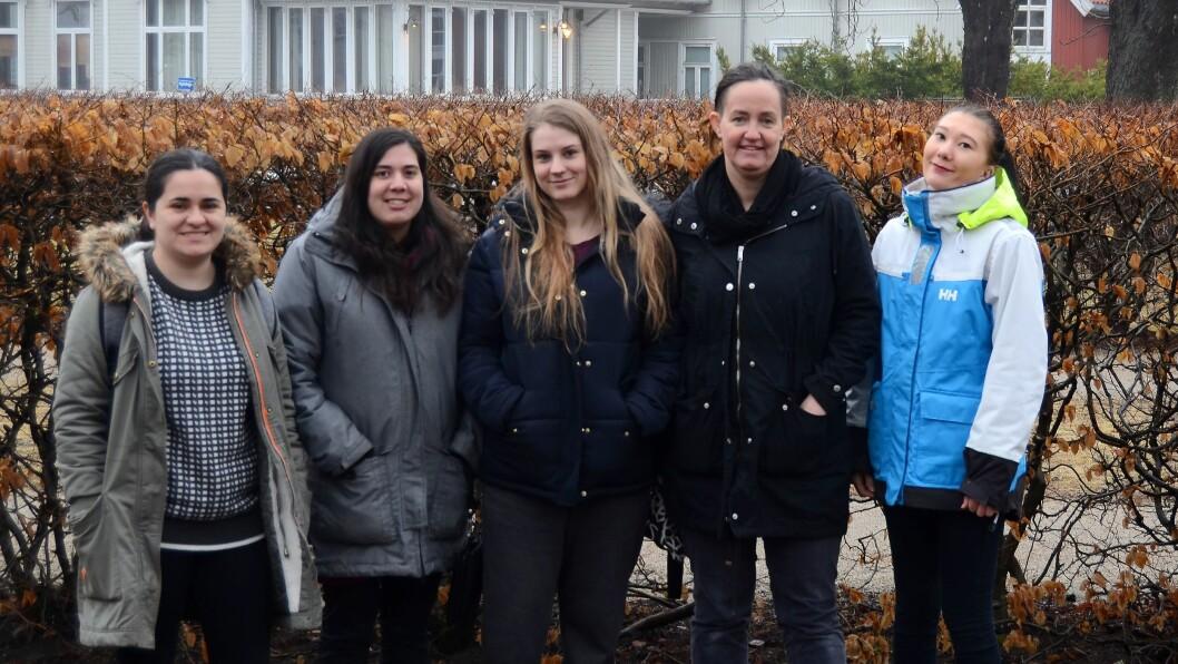 Studentene Sandra Larsen Ossletten, Tone Kari Vartdal, Emilie Nilsen, Camilla Arnesen og Dana Pehlivanovic spør om foreslått bemanningsnorm er god nok. Foto: Privat