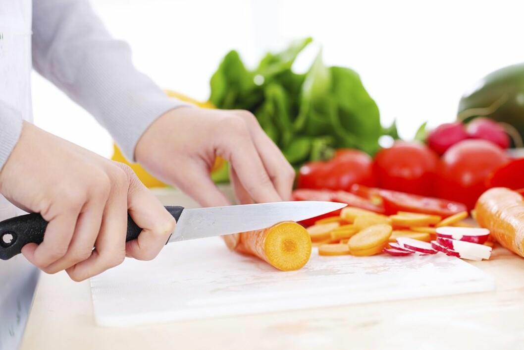 Går du fra bleieskift til matlaging uten å ta på forkle, øker risikoen for å spre smitte. Illustrasjonsfoto: Getty Images