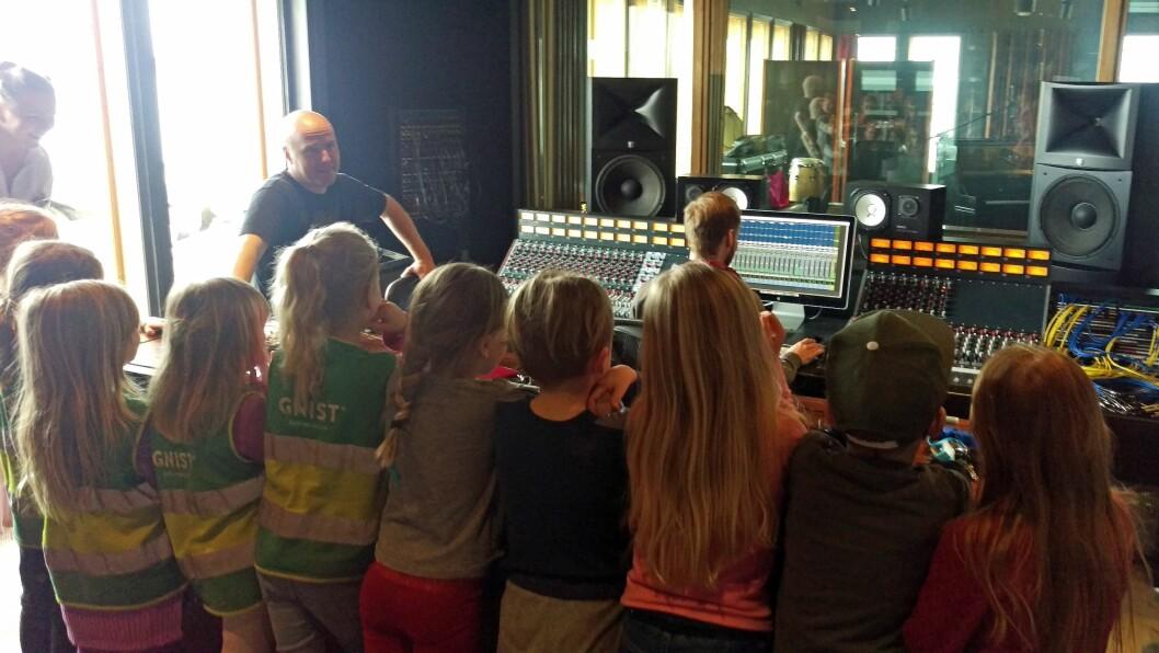 160 skolestartere i til sammen sju Gnist-barnehager var i forrige uke i studio for å spille inn singel, i tillegg til at de holdt konsert som en del av Rockeringen-prosjektet.