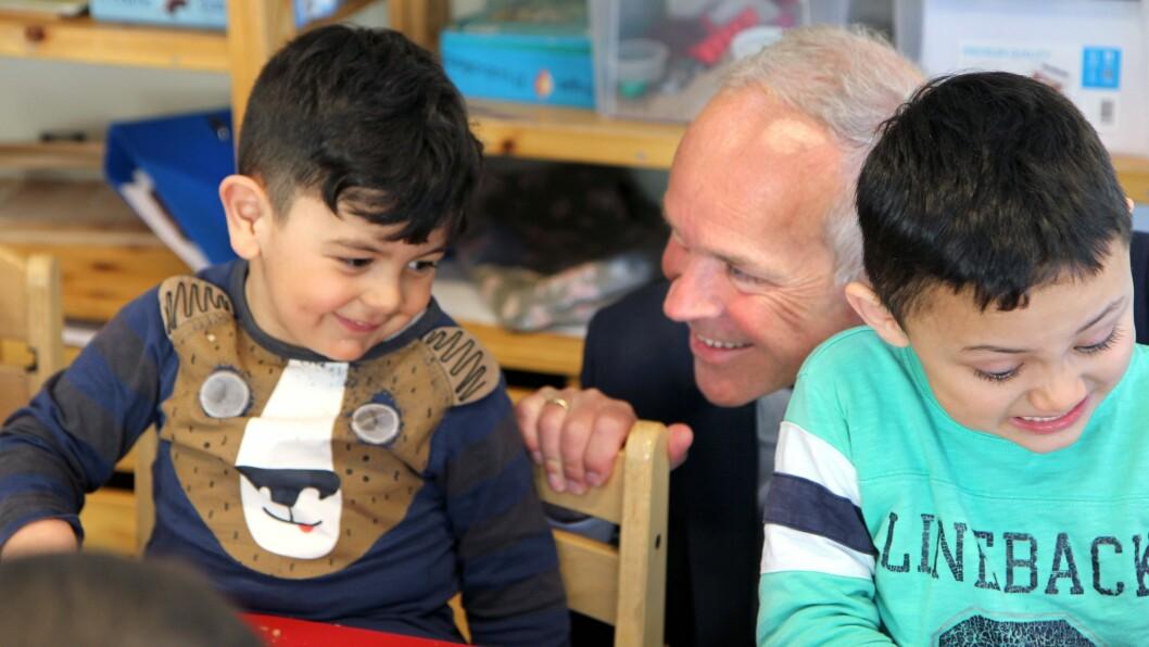 Kunnskaps- og integreringsminister Jan Tore Sanner, her på besøk i Regnbuen barnehage, som er mottaksbarnehage i Bodø. Bildet er tatt i en annen sammenheng enn det som omtales i artikkelen..