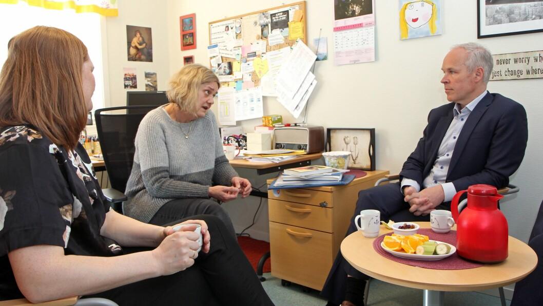 Kunnskaps- og integreringsminister Jan Tore Sanner i samtale med styrer Mariann Skålvold (midten) og Bodø-ordfører Ida M. Pinnerød (Ap).
