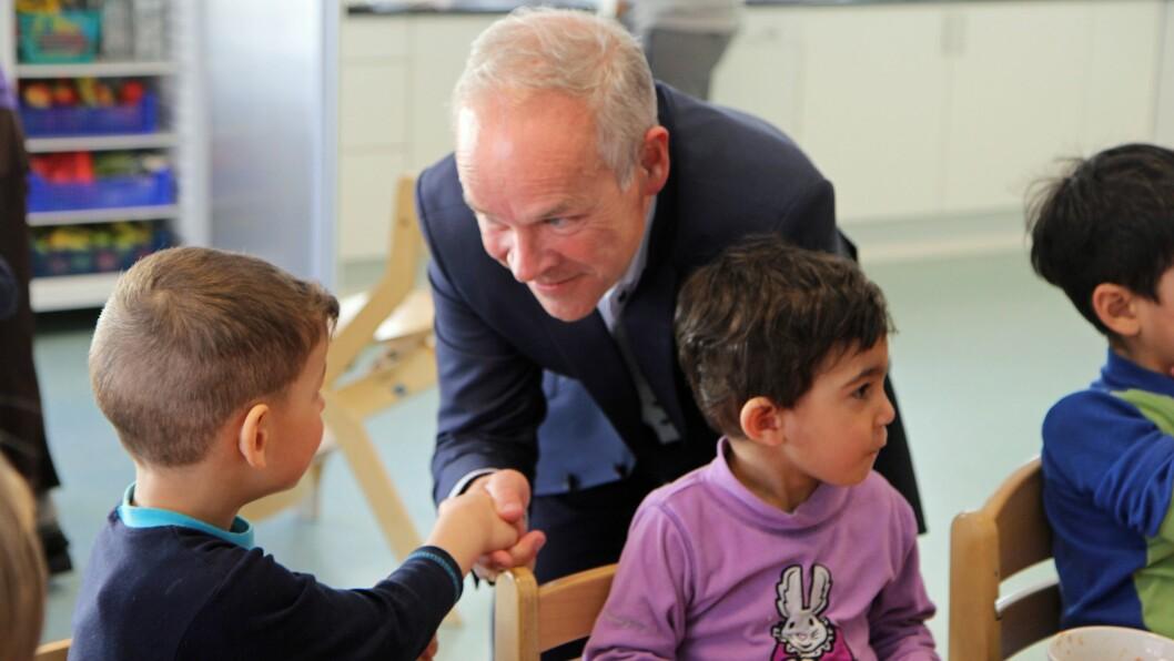 Regjeringen vil vurdere norskkunnskapene til alle barn i førskolealder. Her er kunnskaps- og integreringsminister Jan Tore Sanner på besøk i Regnbuen barnehage i Bodø.