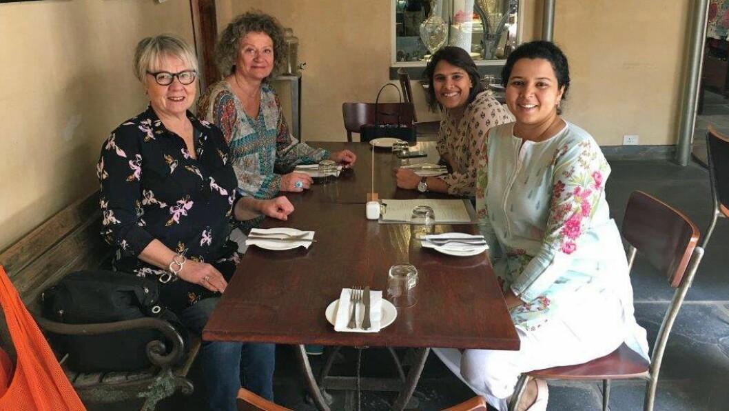 Fra venstre Lisbet Andersen og  Pia Friis besøkte Helen Issar og Darshana Rajaram i Papagoya Kindergarten i Bangalore.