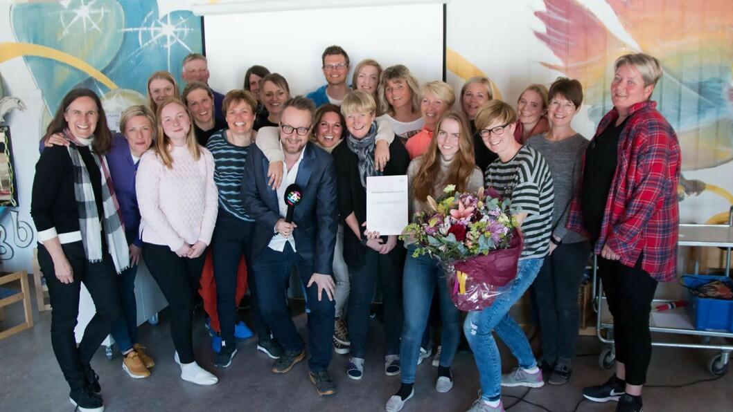 De ansatte i Bergerbakken barnehage i Jevnaker fikk besøk av P4s stuntreporter Sigurd Sollien da de fikk vite at de har vunnet prisen. Foto: KLP