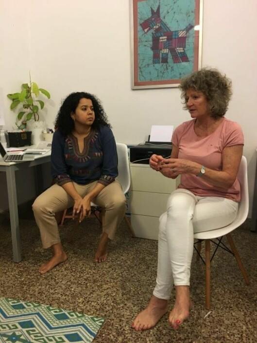 Darshana Rajaram i samtale med Pia Friis. De to Kanvas-ansatte gjennomførte samtaler med alle de ansatte i den indiske barnehagen.