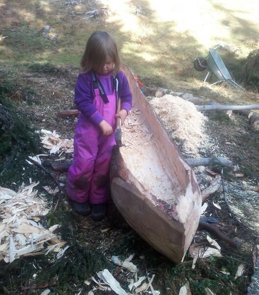 Kanoen er laget av en stor tømmerstokk.