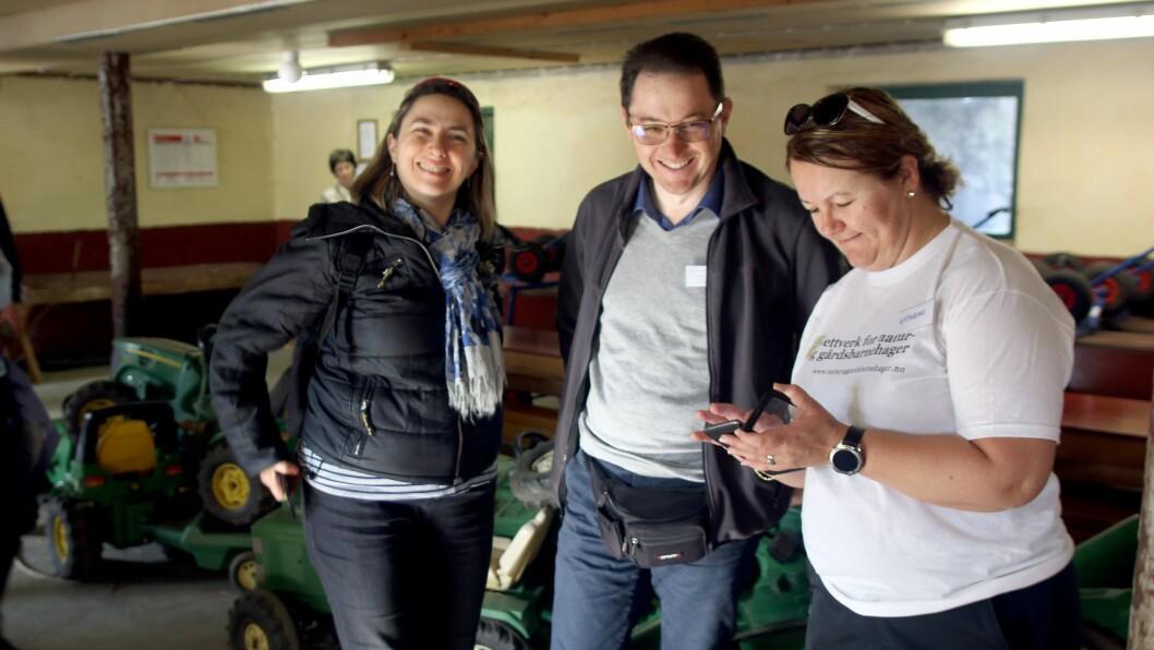 De italienske barnehageeierne Fabiola Caprioli og Luca Marocchi sammen med Kathrine Haugland på besøk i Soma gård naturbarnehage.