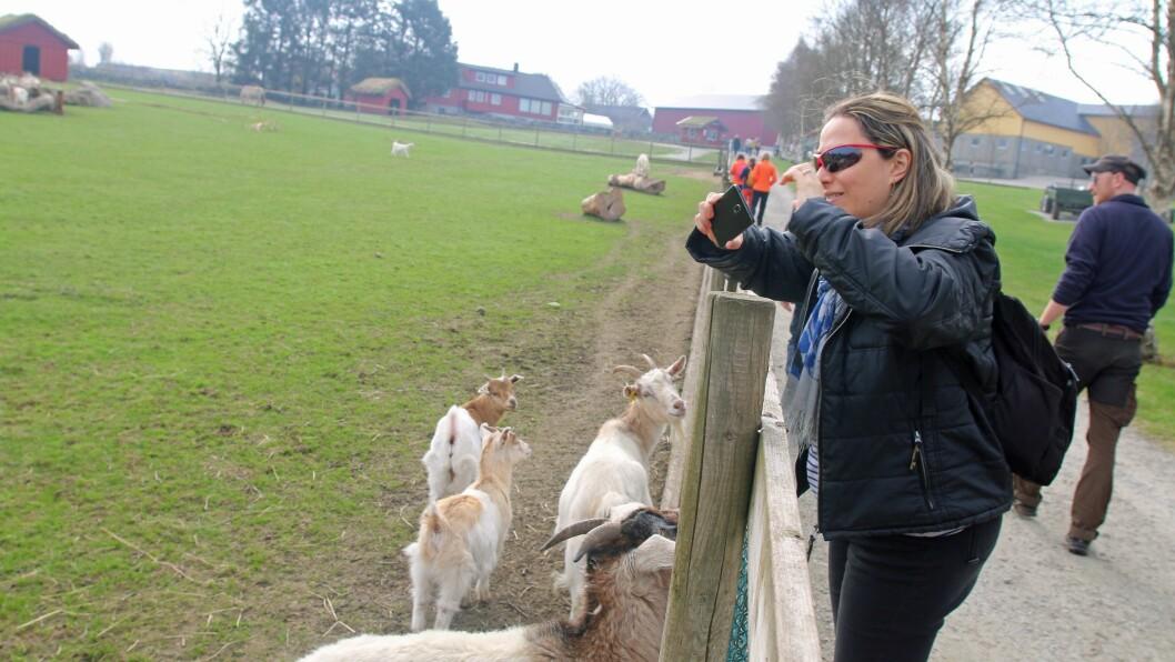 Fabiola Caprioli på besøk i Soma gård naturbarnehage.