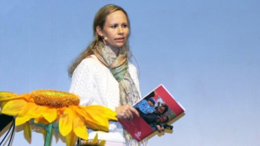 Stine Bredesen er pedagogisk leder i Olaløkka barnehage. Her står hun på scenen under Solsikkekonferansen 2018 for å fortelle om hvordan hennes barnehage arbeider med Solsikkekonseptet til SOS-barnebyer.