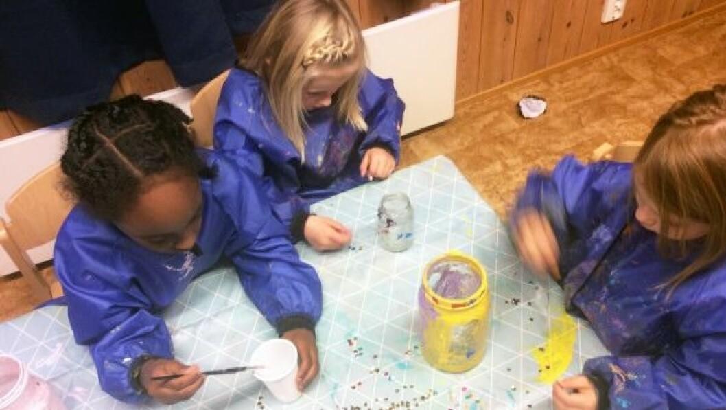 I november deltar barnehagen i Lysnisseprosjektet og barna lager lykter som skal tennes hver kveld i desember og spre glede i lokalmiljøet.