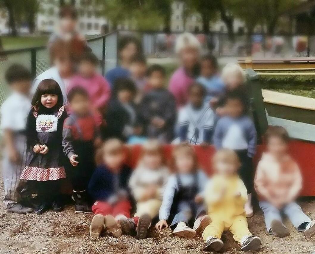 Jeg tar bildet litt nærmere og gransker de andre barnas ansiktsuttrykk, som gir mange ulike inntrykk. Kanskje var det flere som hadde litt ekstra vondt i magen denne dagen? Eller kanskje var det flere som også ville sitte på fanget til en voksen, eller ha dem litt nærmere seg? skriver Nathalia Rabiah Salman. Foto: Privat
