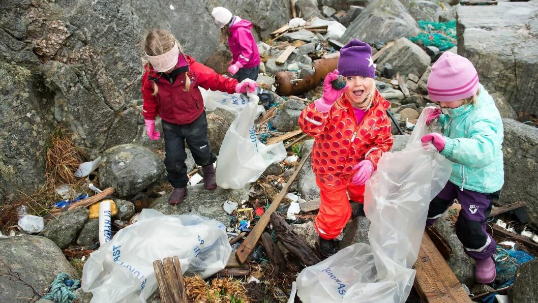 De største barna fra Langøy friluftsbarnehage ble utstyrt med søppelsekker og gjorde en solid innsats for miljøet under onsdagens store aksjon. Foto: Magne Turøy