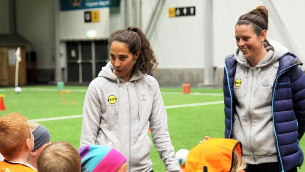 Kaptein for LSK Kvinner, Ingrid Moe Wold (venstre), var ansvarlig for de ulike aktivitetene. Her står hun sammen med medspiller Isabell Bachor (høyre).