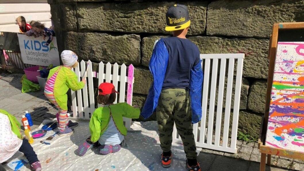 Kidsa Ladegården holder til sentralt i Bergen. Her er barna i full aktivitet med å lage urban kunst på fortauet utenfor porten. Foto: Kidsa Lagegården barnehage