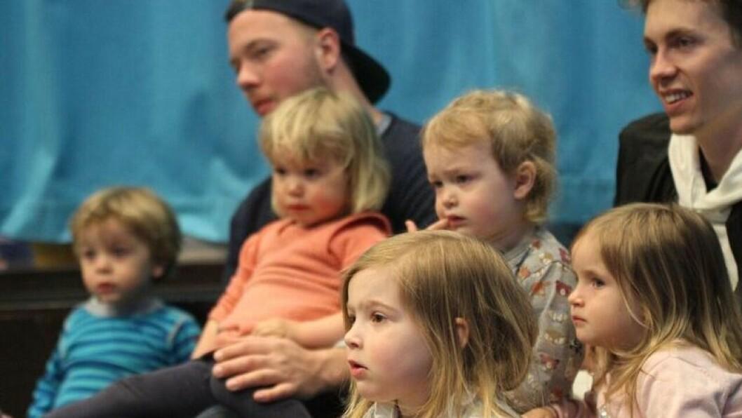 Barna i Katta barnehage følger spent med når bibliotekar Barbro Fossdal Pettersen leser boka «Bæ og Bø får besøk».