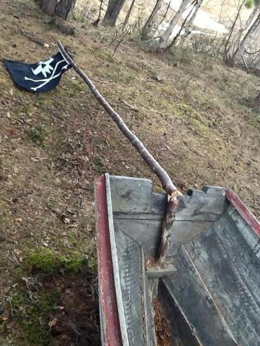 I tillegg til tilgrisingen var det gjort hærverk på lekebåten til barna.