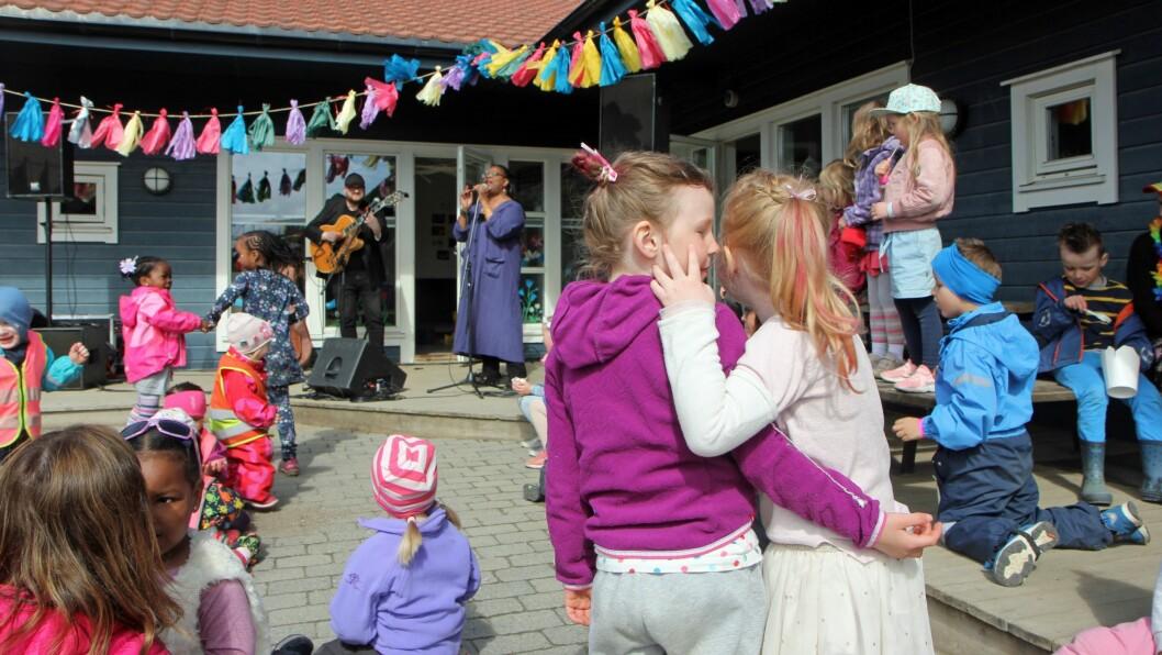 England Brooks sørget for å skape skikkelig stemning da Asphaugen barnehage inviterte til festival.