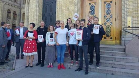 Foreldreopprøret og Barnehageopprøret dannet felles front da de overleverte 27.000 underskrifter til kunnskapsminister Jan Tore Sanner tidligere i vår.