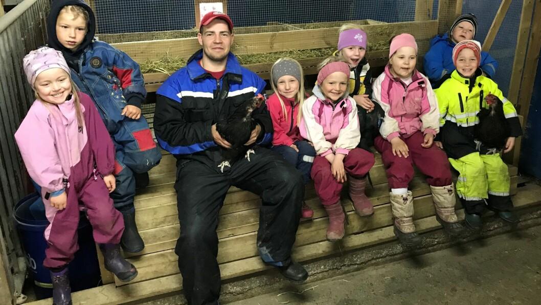 Kevin Bolle (22) er en populær kar i Griseknoen gårdsbarnehage. Nå er han snart ferdig utdannet barnehagelærer.