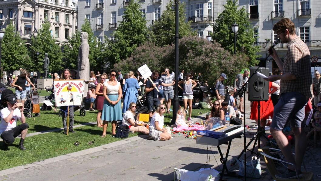 Barnehageforeldre streiket utenfor Stortinget fredag formiddag.